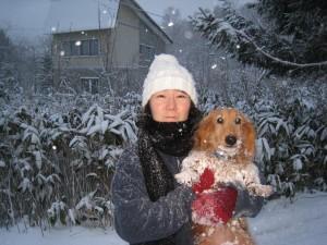 走りまわるミール(Mダックス)を捕まえて、奈美子と記念撮影。寒そう・・2010.11.29