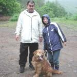 ケン(ゴールデン)&飼い主さん・・この日は雨が降っていてケンも飼い主さんもベチョベチョでした。