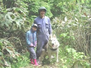 私といちご(長女)と山の中をお散歩中のアレックス(ハスキー)。春なのにもう暑がってました!2006.6.11