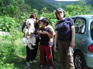シロ(アイヌ犬)に会いにご家族が大勢で来られました。シロはすごい笑顔!!2006.6.18
