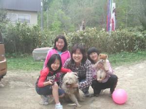 わか(雑種)に会いにお母さん、おねえちゃんそしてお友達がたくさん遊びに来てくれました。2008.05.05