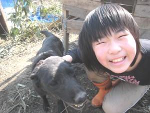ラブ(ラブラドール)はいちご(長女)ととっても仲良し。同じ顔して笑ってますね。2009.4.19